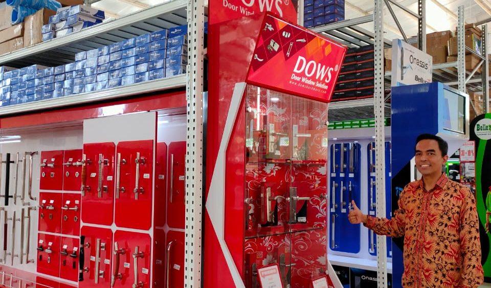 """Kabar gembira bagi warga Kota Lampung. Pasalnya Brand Kunci Pintu nomor satu dan terbesar di Indonesia, Dows Hardware , kini telah hadir di Kota Lampung Selatan. Peresmian di lakukan oleh Pelaksana tugas (Plt.) Bupati Lampung Selatan (Lamsel) Nanang Ermanto. Dalam operasionalnya, Plaza Grosir menjual kebutuhan bahan bangunan yang dibutuhkan masyarakat sekitar Lampung Selatan. Dikatakan Hadi Wijaya selaku Owner PT Cipta Mandiri Plaza Grosir, Brand Dows Hardware ini merupakan produk yang berasal dari Jakarta yang tampil lebih kekinian, yang mampu menarik perhatian kalangan arsitek dan pembeli bahan bangunan baik untuk proyek atau di gunakan sendiri. """"Merk Kunci Pintu itu banyak, tapi kali ini kami tampilkan brand terbaik kualitas nya lah. Dengan adanya Dows Hardware,"""" ujar Hadi Wijaya, Pada Minggu 9 Februari 2020. Dikatakannya, segmentasi pasar utama mereka adalah arsitek dan pembeli aksesoris kunci dan pintu. Yang mana mereka lebih menyukai produk aksesoris pintu dan kunci."""